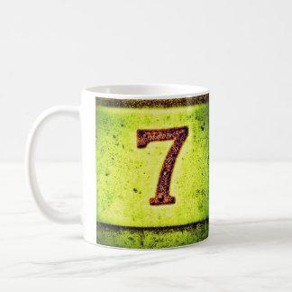 Número afortunado siete del Grunge Taza