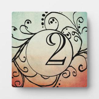Número bohemio rojo y azul rústico de la tabla placa de madera