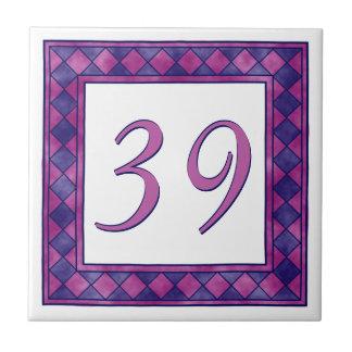 Número de casa grande rosado y púrpura a cuadros azulejo cuadrado pequeño