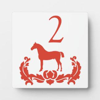 Número rojo y blanco de la tabla del caballo del d placa