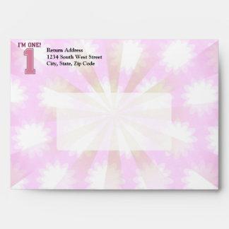 Número rosado grande uno, el primer cumpleaños del sobres