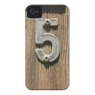 Número rústico 5 en la caja intrépida de madera de funda para iPhone 4