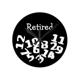 Números caidos divertidos jubilados reloj redondo mediano