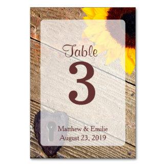 Números de madera rústicos de la tabla del boda de