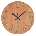 Números del kanji en el reloj de pared de madera l