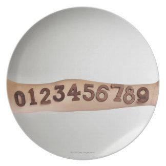 números puestos al brazo, primer de los ands platos de comidas