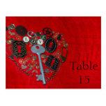 Números rojos de la tabla del boda del corazón de  postal