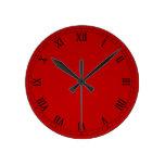 Números romanos clásicos en pendiente roja reloj