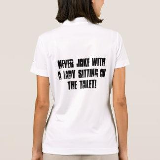 ¡Nunca bromeando con una señora que se sienta en Camiseta Polo