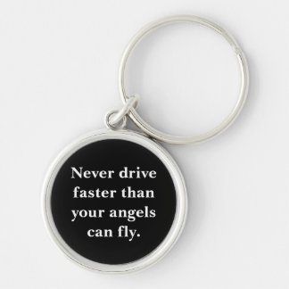 Nunca conduzca más rápidamente que los ángeles llavero redondo plateado
