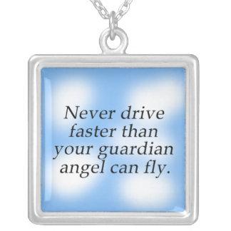 Nunca conduzca un thn más rápido que su ángel de g colgante cuadrado