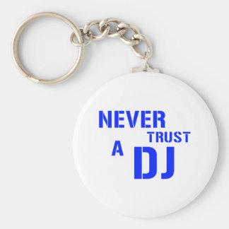 Nunca confíe en a DJ Llavero Redondo Tipo Pin