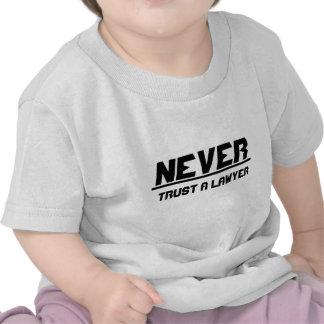 Nunca confíe en a un abogado camiseta