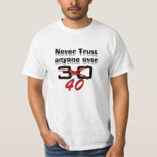 Nunca confíe en cualquier persona sobre 40 playera