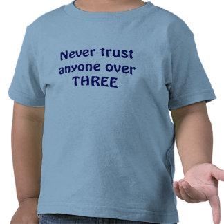 Nunca confíe en cualquier persona sobre TRES Camisetas