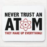 Nunca confíe en un átomo. Componen todo Alfombrillas De Ratones