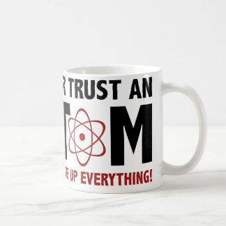 Nunca confíe en un átomo. Componen todo Taza Básica Blanca