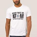 ¡Nunca confíe en un átomo, ellos componen todo!