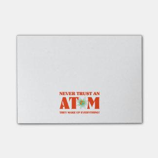 Nunca confíe en un átomo en naranja atómico post-it® notas