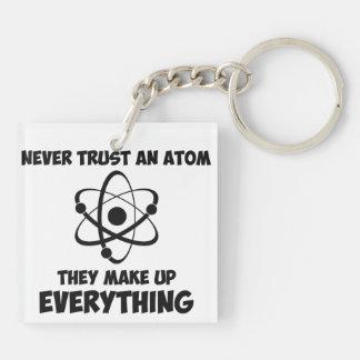 Nunca confíe en un átomo llavero cuadrado acrílico a doble cara