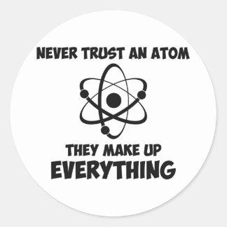 Nunca confíe en un átomo pegatinas redondas