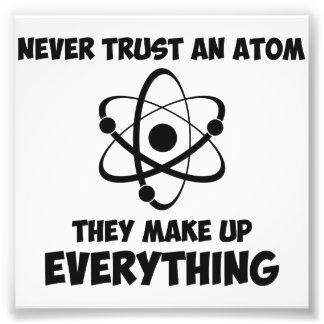 Nunca confíe en un átomo fotografías