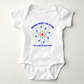 Nunca confíe en un átomo tee shirt