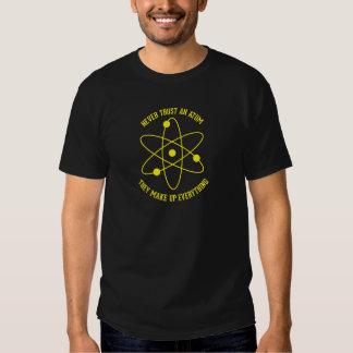 Nunca confíe en un átomo playeras