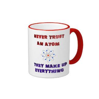Nunca confíe en un chiste del empollón del friki taza de dos colores