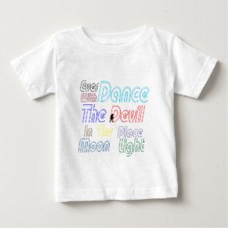 Nunca danza con el diablo playera para bebé
