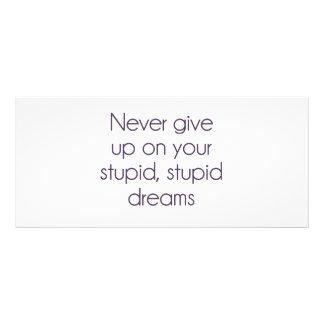 Nunca dé para arriba en sus sueños estúpidos tarjeta publicitaria a todo color