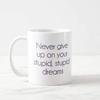 Nunca dé para arriba en sus sueños estúpidos taza básica blanca