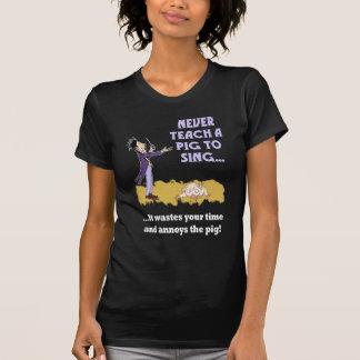 Nunca enseñe a un cerdo a cantar la camisa oscura