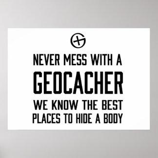 Nunca ensucie con un Geocacher… Póster
