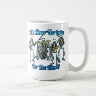 Nunca es demasiado atrasado para los azules taza básica blanca