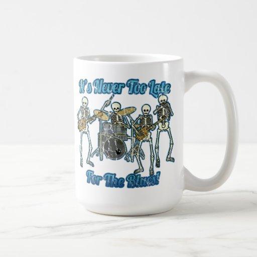 Nunca es demasiado atrasado para los azules taza clásica