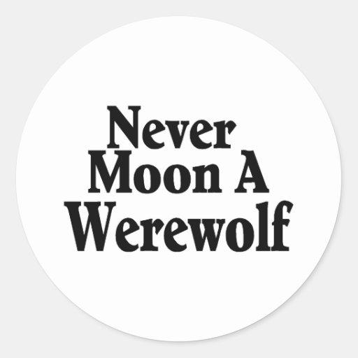 Nunca esté en la luna un hombre lobo pegatina redonda
