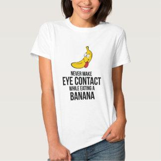 Nunca haga el contacto visual mientras que come un playeras