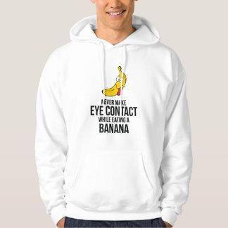 Nunca haga el contacto visual mientras que come un sudadera con capucha