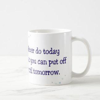 Nunca haga hoy qué usted puede suspender hasta mañ tazas