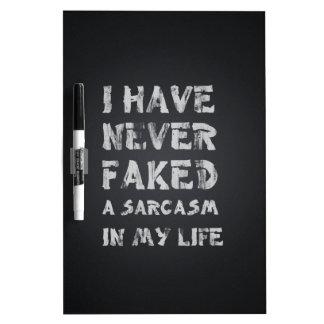 Nunca he falsificado un sarcasmo en mi vida pizarra