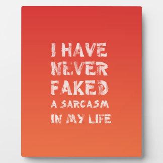 Nunca he falsificado un sarcasmo en mi vida placa