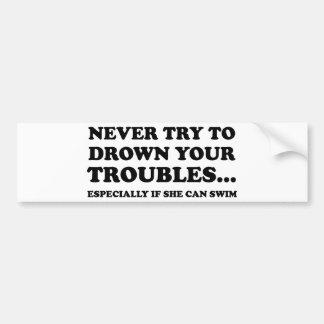 Nunca intente ahogar sus problemas pegatina para auto