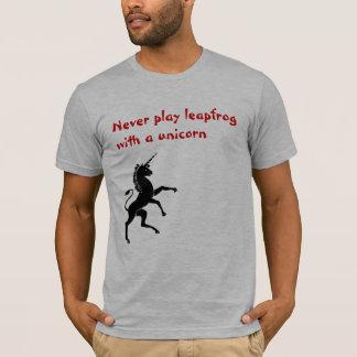 Nunca juegue la pídola con un unicornio playera