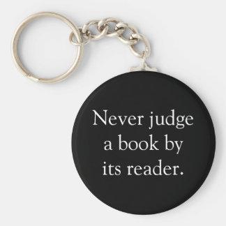 Nunca juzgue un libro llavero redondo tipo pin