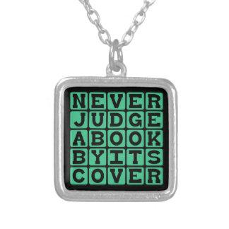 Nunca juzgue un libro por su cubierta colgante cuadrado