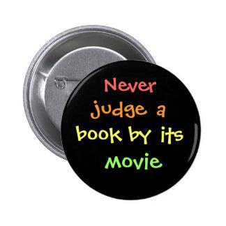 Nunca juzgue un libro por su película pin redondo de 2 pulgadas
