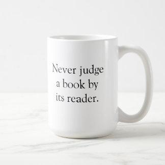 Nunca juzgue un libro taza clásica
