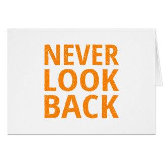 Nunca mire detrás la tipografía retra anaranjada tarjeta de felicitación