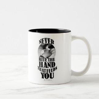 Nunca muerda esa mano taza dos tonos